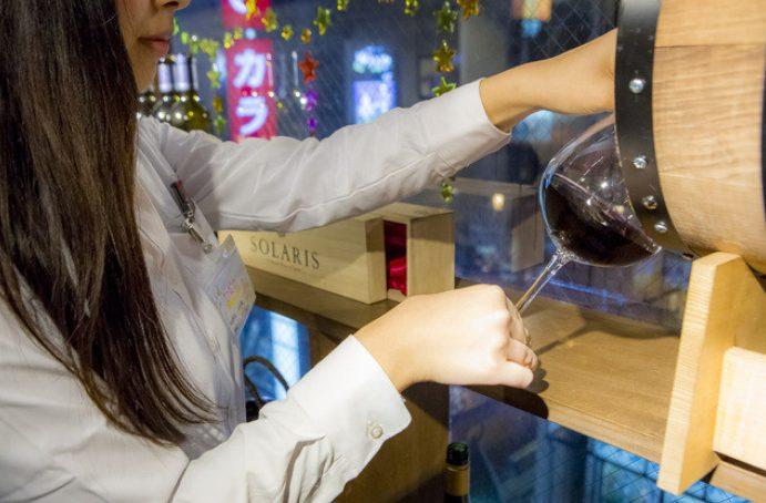 新橋ガールズワイナリー&ガールズハイボール キャストがお酒を注ぐ写真